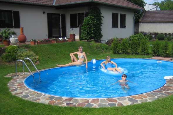 Pool in Achtform in einem Garten